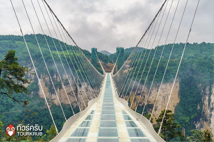 สะพานกระจกที่เป็นจุดเด่นของทัวร์จางเจียเจี้ย