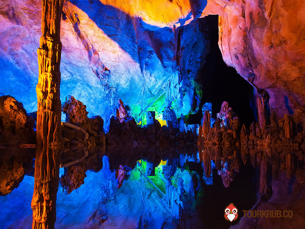 Underground_lake_in_Reed_Flute_Caves_in_Guilin_China